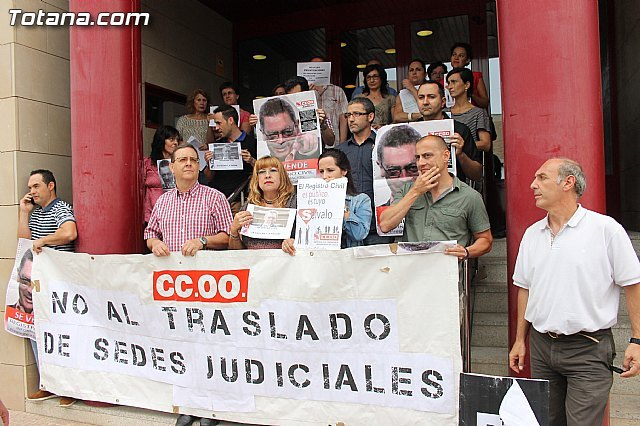 CCOO concentrated before the Courthouse Totana