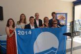 La primera de las 33 banderas azules de la Región fue izada hoy en la playa Colón de Santiago de la Ribera