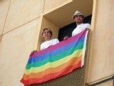 El PSOE cuelga en una de las ventanas del Ayuntamiento la bandera del arco iris en apoyo a la celebración del Día del Orgullo LGTB