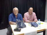 El edil  Pedro López acompañó a Antonio Gutiérrez, en la presentación de su libro 'Con el paro acabaremos así', en la biblioteca municipal