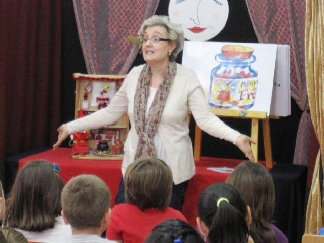 El programa de animaci�n a la lectura finaliz� el curso escolar 2013/14 con el cuentacuentos La brujita frambuesita, Foto 3