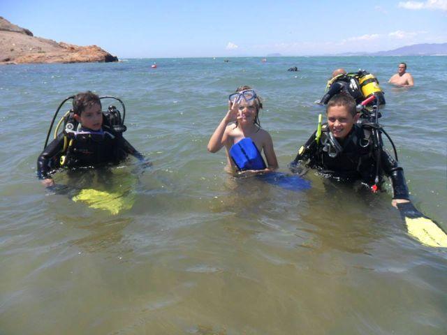 Una veintena de participantes recibe su bautismo de buceo en nuestra costa, Foto 1