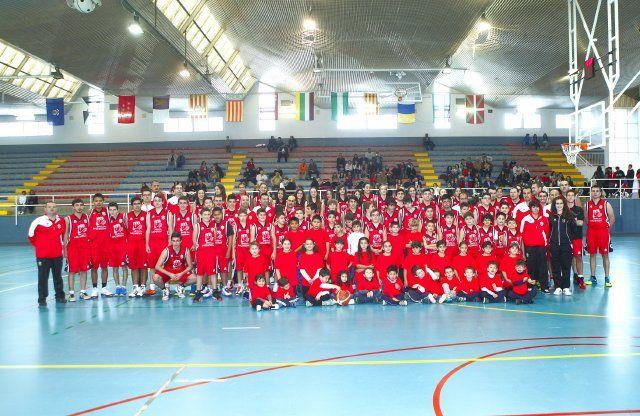 Medio centenar de niños participa en los campus de verano de fútbol sala y baloncesto, Foto 1