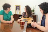 La Alcaldesa recibe a la cantautora lumbrerense Amarela que actuará en Puerto Lumbreras el próximo viernes