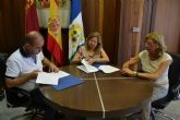 El Ayuntamiento y FAPA Pinatar firman un convenio para la puesta en marcha del banco de libros Municipal