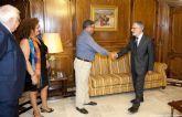 El alcalde de Los Alcázares comunica al presidente de la Asamblea Regional la concesión de la Crilla de Oro