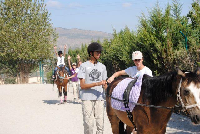Una veintena de niños y jóvenes de Totana visitaron el Centro Ecuestre de la