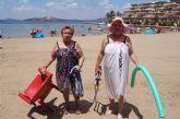 Autoridades municipales visitan a las personas mayores que participan en el programa municipal '¡Vente a la playa!'