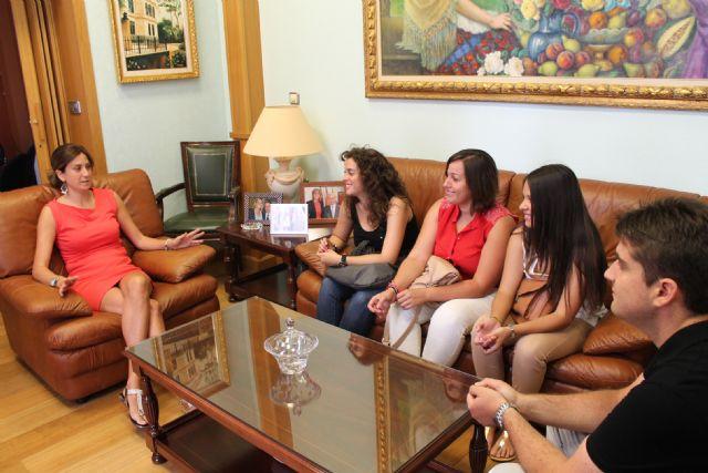 La Alcaldesa de Archena recibe a los nuevos alumnos que están haciendo prácticas este verano en el Ayuntamiento, Foto 1