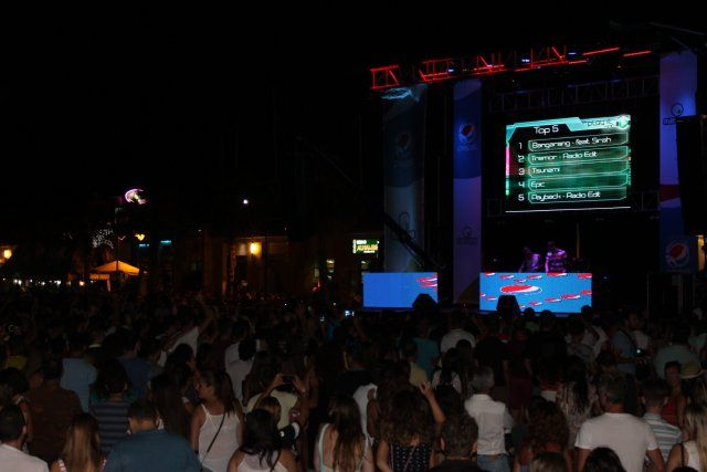 Miles de personas disfrutan en vivo de la fiesta de Máxima FM en la playa de Puerto de Mazarrón, Foto 1