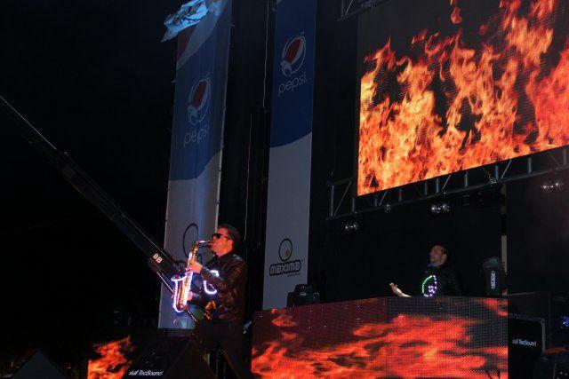 Miles de personas disfrutan en vivo de la fiesta de Máxima FM en la playa de Puerto de Mazarrón, Foto 2
