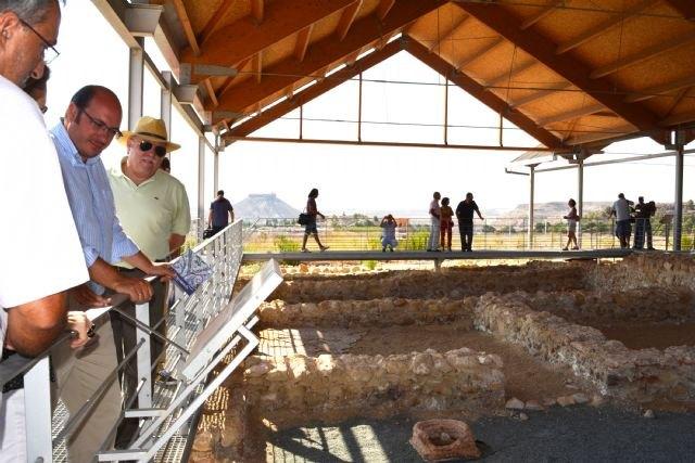 El consejero de Cultura visita el yacimiento arqueológico de la villa romana de Los Villaricos - 1, Foto 1