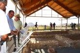 El consejero de Cultura visita el yacimiento arqueológico de la villa romana de Los Villaricos