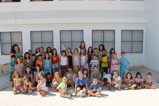 Decenas de niños y niñas de Jumilla despiden las diversas ludotecas y escuelas de verano con almuerzos, juegos y entrega de diplomas - 1, Foto 1
