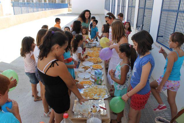 Decenas de niños y niñas de Jumilla despiden las diversas ludotecas y escuelas de verano con almuerzos, juegos y entrega de diplomas - 2, Foto 2