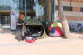 Las fans del artista almeriense Bisbal esperan a las puertas del Polideportivo de Los Alcázares desde el pasado lunes 28 de julio