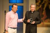 Arturo Fernández recibió anoche el Premio del Festival y una larga ovación del público en pie tras la puesta en escena de 'Enfrentados'
