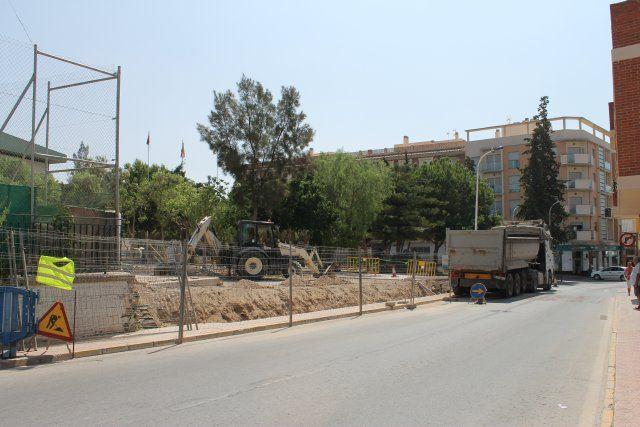 El ayuntamiento procede a la reparación del vallado del colegio Francisco Caparrós, Foto 1