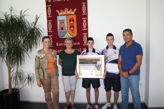 La alcaldesa de Torre-Pacheco recibe al medallista en el mundial de taekwondo cadete Arturo Gómez - 1, Foto 1