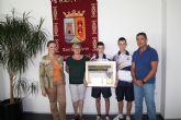 La alcaldesa de Torre-Pacheco recibe al medallista en el mundial de taekwondo cadete Arturo Gómez