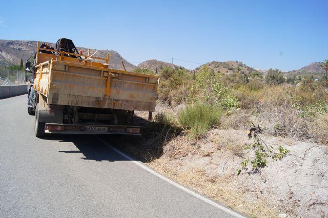 La Direcci�n General de Carreteras procede a la limpieza de cunetas y desbroce de obst�culos que invaden la carretera de La Huerta, Foto 2