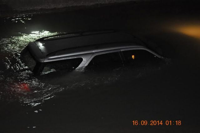 Local Police rescue the driver of a vehicle that had rushed to the shipping channel