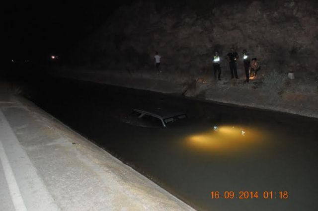 Local Police rescue the driver of a vehicle that had rushed to the shipping channel, Foto 2