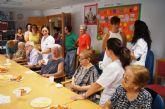 Autoridades municipales asisten al almuerzo totanero que se celebra en el Servicio de Estancias Diurnas dentro de los actos conmemorativos del Día Mundial del Alzheimer