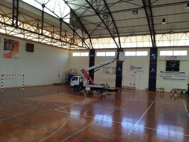 El Ayuntamiento de Alhama de Murcia invierte en nuevos proyectores de iluminación LED para el Pabellón Deportivo Adolfo Suarez, Foto 1