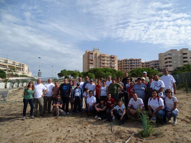 Voluntarios colaboran en la recuperación de especies dunares amenazadas de La Manga en el Monte Blanco - 1, Foto 1