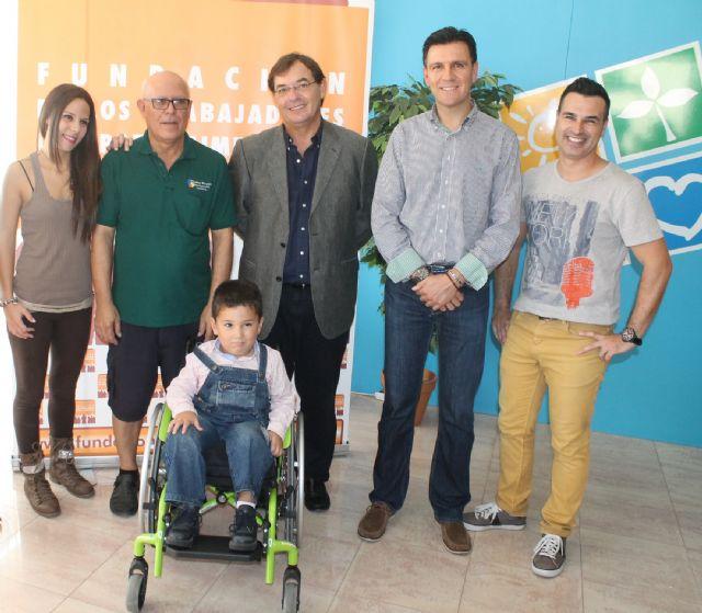 Los trabajadores y la empresa Elpozo Alimentación aportan 3.130 euros para adquirir una silla de ruedas especial para un niño alhameño aquejado de una enfermedad rara, Foto 1
