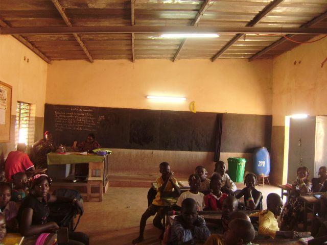 Farakan c, ya tiene luz en sus aulas, Foto 2