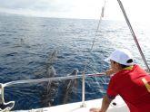 Una veintena de j�venes disfruta de un avistamiento de cet�ceos en la Bah�a de Mazarr�n