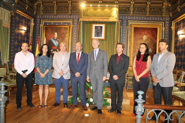 El embajador británico agradece la atención que el alcalde presta a su comunidad en el municipio, Foto 1