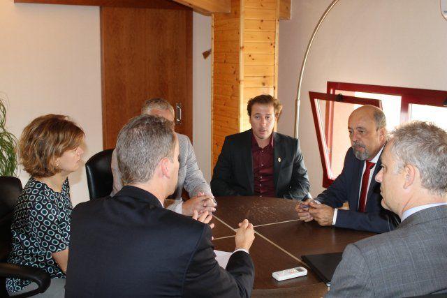 El embajador británico agradece la atención que el alcalde presta a su comunidad en el municipio, Foto 2