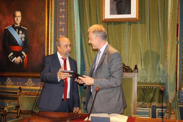 El embajador británico agradece la atención que el alcalde presta a su comunidad en el municipio, Foto 3