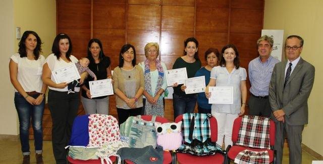 Miralles valora el esfuerzo de las 11 mujeres de Santomera que han concluido el taller de costura de la Asociación ´Proyecto Abraham´ - 1, Foto 1
