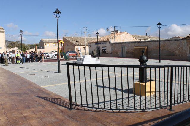 El alcalde y el concejal de pedanías presentan las obras realizadas en la Plaza de las Escuelas de la Cañada del Trigo - 1, Foto 1