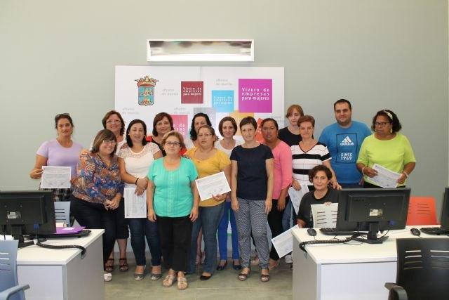 La Concejalía de la Mujer clausura dos nuevos cursos de Iniciación a la informática y Empleo en la Red - 1, Foto 1