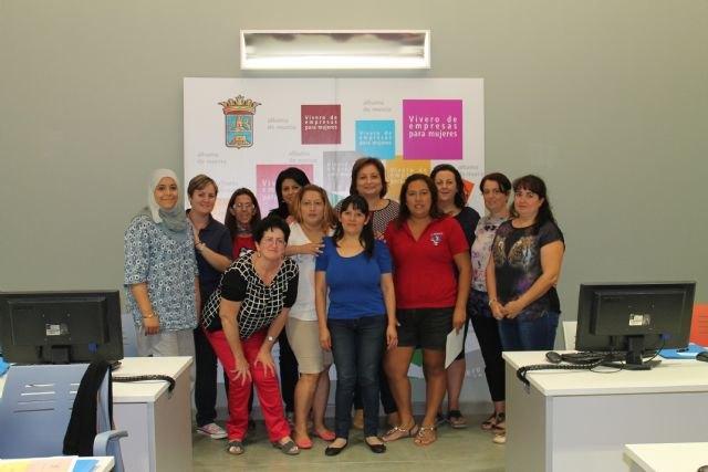 La Concejalía de la Mujer clausura dos nuevos cursos de Iniciación a la informática y Empleo en la Red - 2, Foto 2