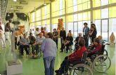Los usuarios del Centro de Día para Mayores visitan la exposición ´Itinerancias: Talla Contemporánea´