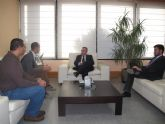 El consejero de Fomento recibe al alcalde de Alhama de Murcia
