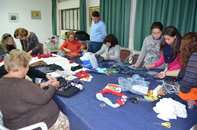 Un taller muestra cómo elaborar complementos con ropa reciclada - 1, Foto 1