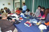 Un taller muestra cómo elaborar complementos con ropa reciclada