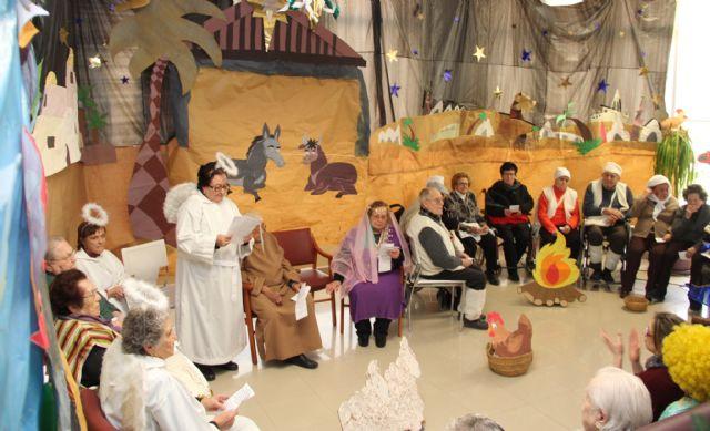 Los mayores del Centro de Día realizan un Belén Viviente - 1, Foto 1