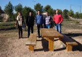 El Ayuntamiento torreño instala bancos y mesas en zonas naturales de ocio del municipio