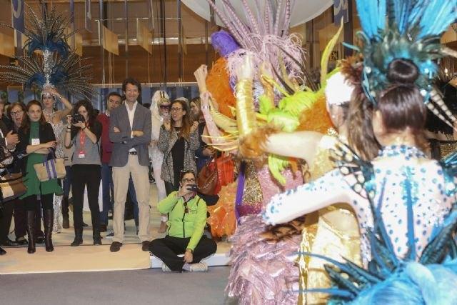 El consejero de Turismo invita a los visitantes del stand de la Región en Fitur a conocer los Carnavales de Águilas - 1, Foto 1