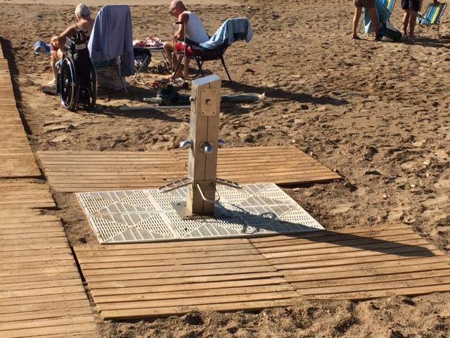 El ayuntamiento coloca nuevos sistemas de drenaje en los lavapiés de las playas, Foto 1