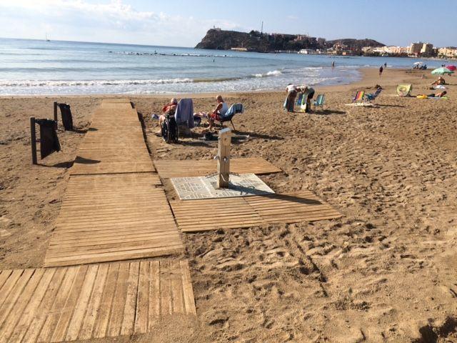 El ayuntamiento coloca nuevos sistemas de drenaje en los lavapiés de las playas, Foto 2