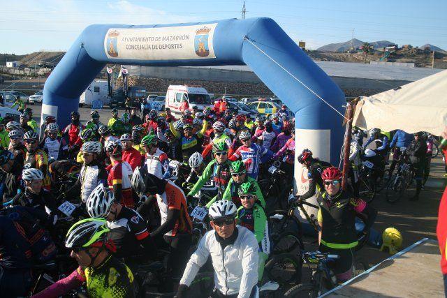 Cerca de 200 ciclistas participan en el I Bike Maratón Fenicio, Foto 1